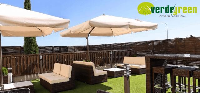 Decorar patios y terrazas con césped artificial
