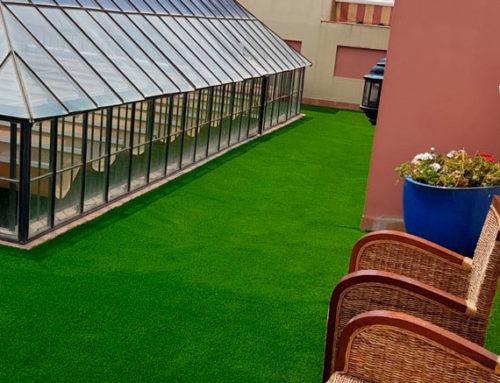 ¿Qué tipo de césped artificial es mejor para tu patio interior o azotea?