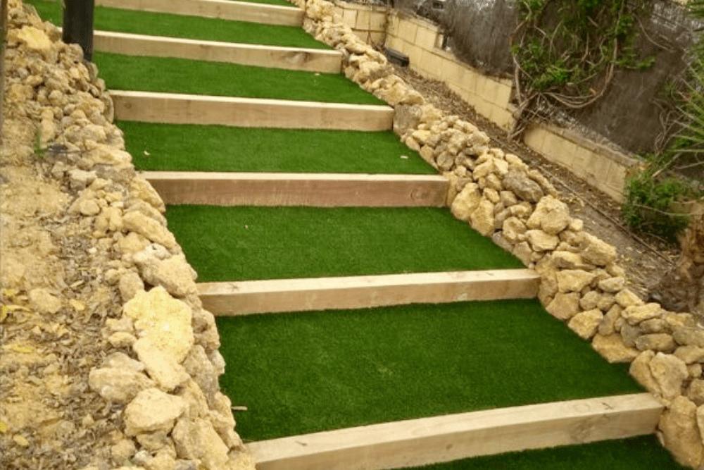 escalones de jardín con césped artificial