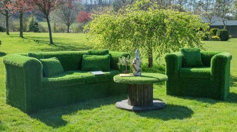 muebles tapizados de césped artificial en jardín