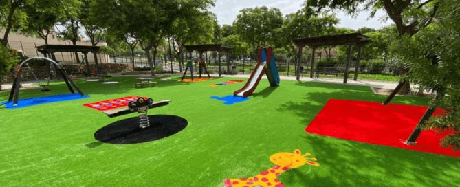 césped artificial en un parque infantil